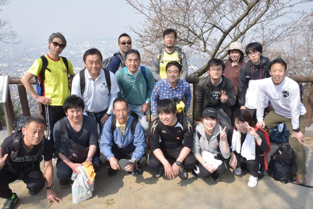 山頂での集合写真.jpg